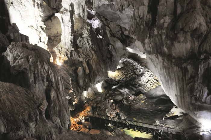 清水洞很深,不过里面投很多栈道和阶梯,游客倒是不难行走。