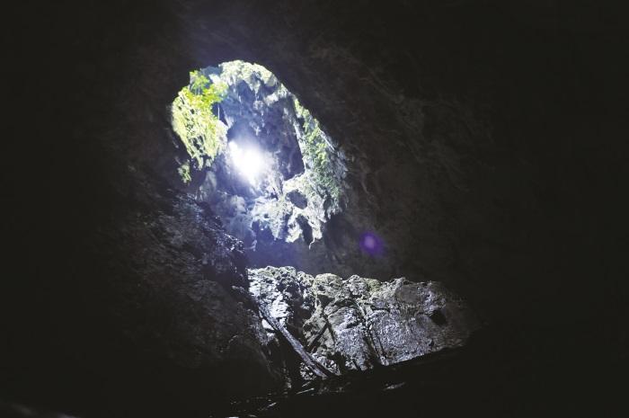 从山顶透进来的光,让洞穴有一种神秘的美感。