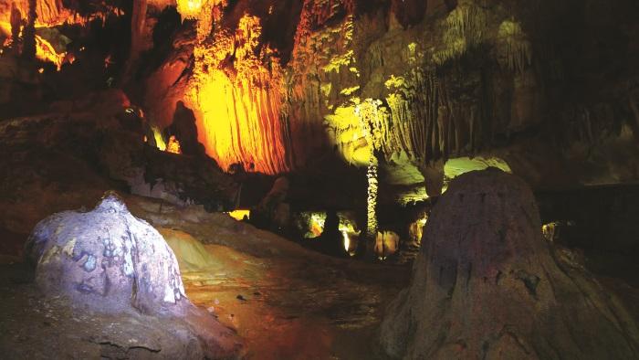 洞穴里面有一些微弱的灯光,拍照会比较困难,但是并不影响视线。