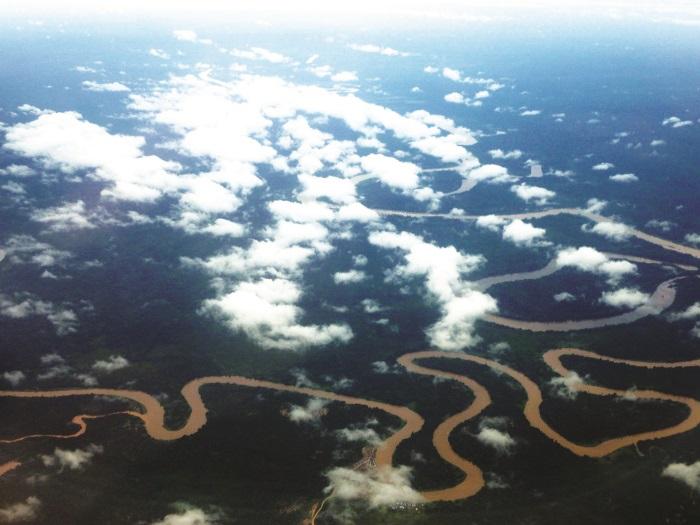 姆鲁国家公园的空中俯瞰图,蜿蜒的河流孕育着这片原始热带雨林。