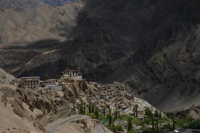 前往列城时,途经古朴优雅的喇嘛玉如寺。