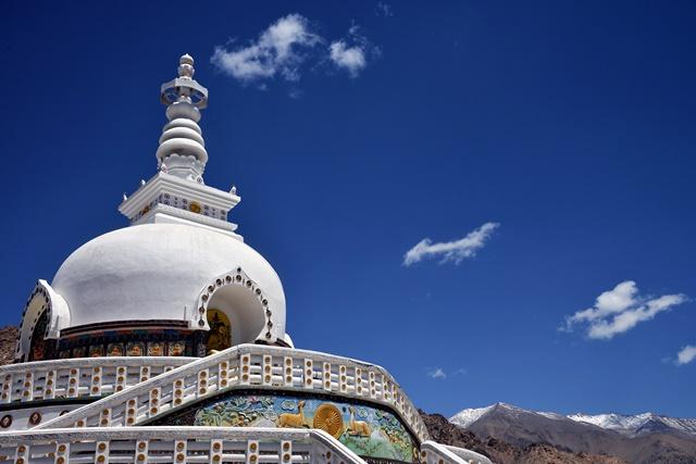 在白云衬托下,山梯舍利塔显得更为纯净。