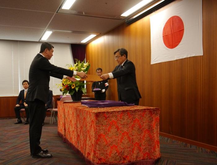 """2013年,蘋果荣获日本国士交通省观光厅颁发的""""观光厅长官表彰(Japan Toursim Agency Commissioner's Commendation Award 2013)""""。 2013年一共有7个单位获颁此奖,蘋果旅遊是唯一海外获奖单位,也是唯一获奖的旅行社。"""