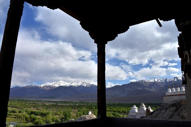 雪依寺外的壮观景色