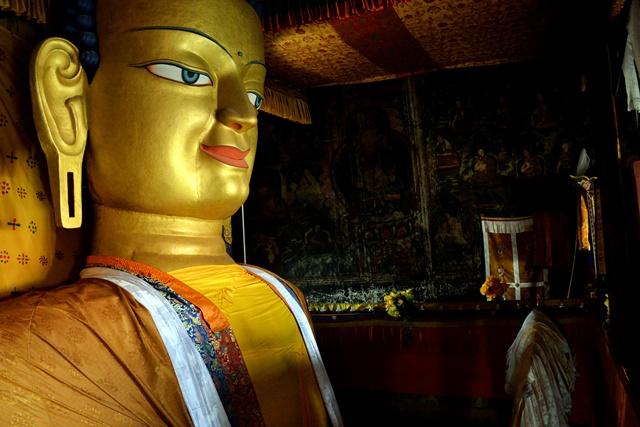 雪依寺内的释迦牟尼佛像