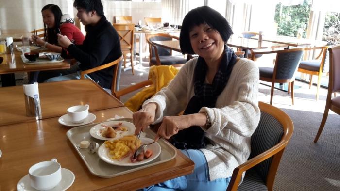 温情在人间,客人精神饱满地享用丰富早餐。