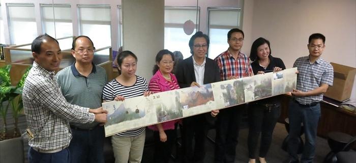 张家界市武陵源区旅游局王爱民(左四)代表赠送纪念品给蘋果旅遊集团副董事经理拿督斯里许育兴(左五)。