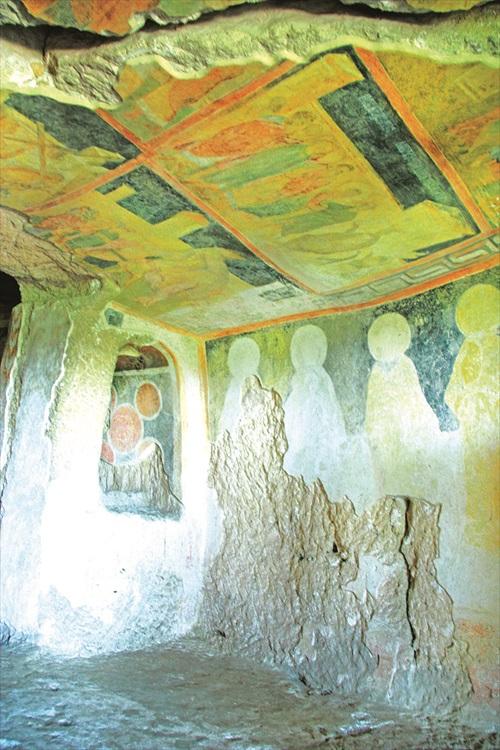 山洞里的壁画,经历了数百年依然被保存的相当完好。