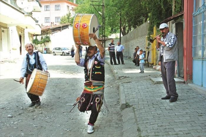 巧遇当地居民的婚礼,三名传统乐手正在演奏音乐迎接新娘。