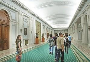 大厦内部的走廊宽敞无比,各种艺术品摆设在其中。